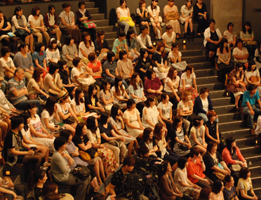 満員の観客席